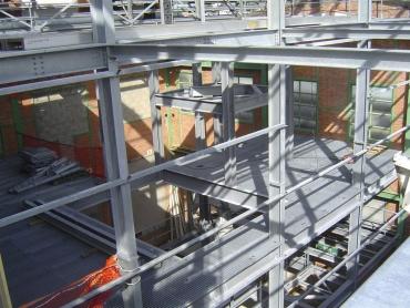 Structure avec planchers intermédiaires enclavée